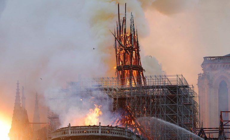 """E TRISHTË/ Momenti i rënies së kulmit të katedrales së """"Notre Dame"""" të Parisit (VIDEO)"""