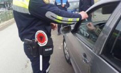 ME THIKË NË MAKINË/ 20 vjeçari nuk i bindet policit por përfundon në pranga (DETAJE)