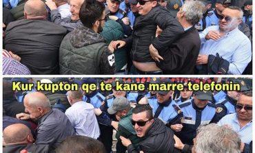 """HUMOR PROTESTE/ Kur të """"fusin"""" duart në urban dhe je... (FOTO)"""