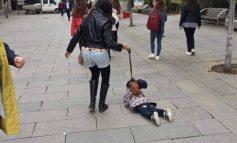 E RËNDË/ Nëna shqiptare lidh fëmijën si qen dhe e nxjerr xhiro në qytet (FOTO)