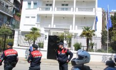 """PROTESTA PËR RIKTHIMIN E VIZAVE/ Policia """"blindon"""" Ambasadën e Holandës"""
