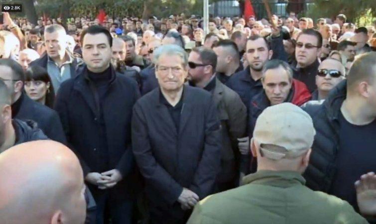 """PROTESTOI PËR ARSIMIN E LARTË/ Studenti i """"përvishet"""" Berishës: Boll me thirrjet përplasje civile, do…"""