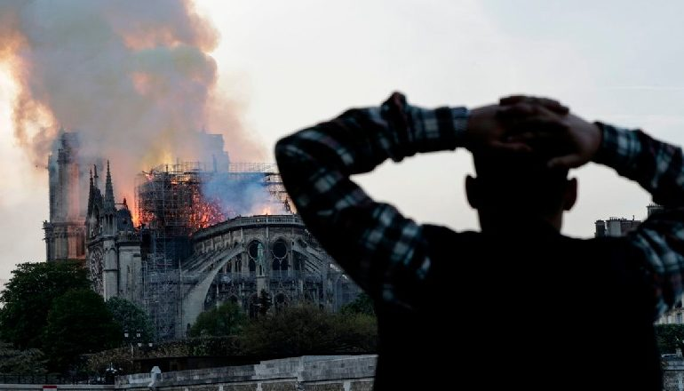 """PAMJET RRËNQETHËSE/ Qytetarët e Parisit bëjnë lutje teksa """"Notre Dame"""" shkrumbohet nga flakët"""