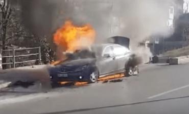 ZJARR NË RRUGËN E RINASIT/ Shpërthen në flakë makina, policia...