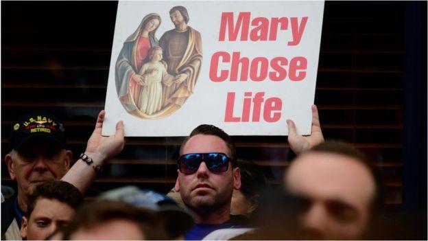 """""""NJË DITË E ERRËT DHE….""""/ Votohet ligji që ndalon abortin në SHBA"""