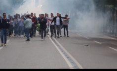 PROTESTA EPARA MINISTRISË SË ARSIMIT/ Militantë e  PD dhe LSI, tymuese drejt godinës (KËRKESAT)