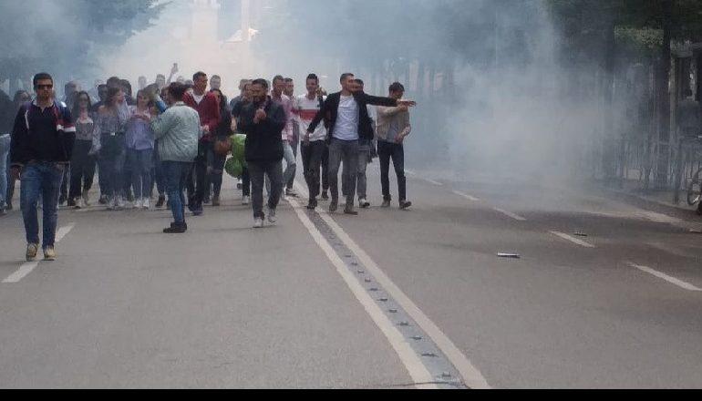 PROTESTA PARA MINISTRISË SË ARSIMIT/ Militantë e  PD dhe LSI, tymuese drejt godinës (KËRKESAT)