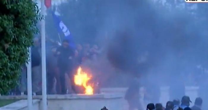 TENSIONET E PROTESTËS/ Momenti kur protestuesi merr FLAKË