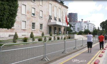 DY DITË PARA PROTESTËS/ Gardh metalik te kryeministria e parlamenti, shtyllat lyhen me graso