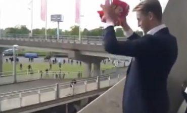 I MREKULLUAR NGA LAMTUMIRA/ De Jong përcillet në mënyrë fantastike nga tifozët e Ajax (VIDEO)