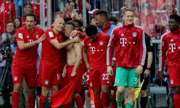 """MES SHUMË EMOCIONESH DHE LOTËSH/ """"Allianz Arena"""" i jep lamtumirën 3 yjeve të Bayern (FOTO)"""