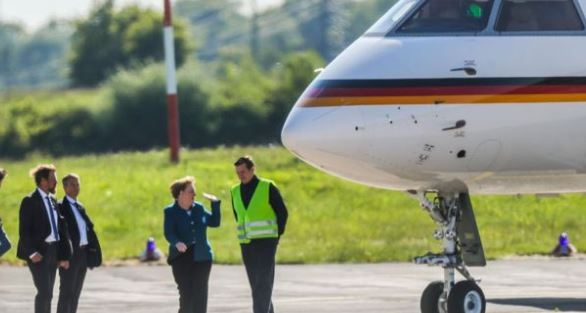 """""""SAKRIFICAT"""" PËR FOTO/ Furgoni godet avionin e kancelares Angela Merkel"""