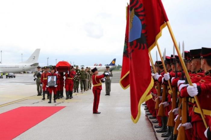 MBËRRITI DJE NË ATDHE/ Mbërriti dje në atdhe, sot ceremonia shtetërore për major Klodian Tanushin