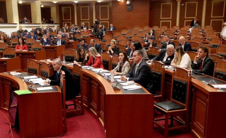 """SEANCA PLENARE/ Futen sot Kuvend 10 deputetët e rinj, 6 """"TRADHTARËT"""" e LSI e PD (EMRAT)"""