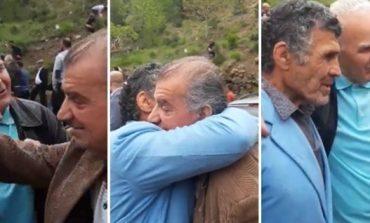 KISHIN TRE DEKADA PA U PARË/ Pamjet prekëse të dy burrave që derdhin lot në vendin ku vuajtën tortura çnjerëzore