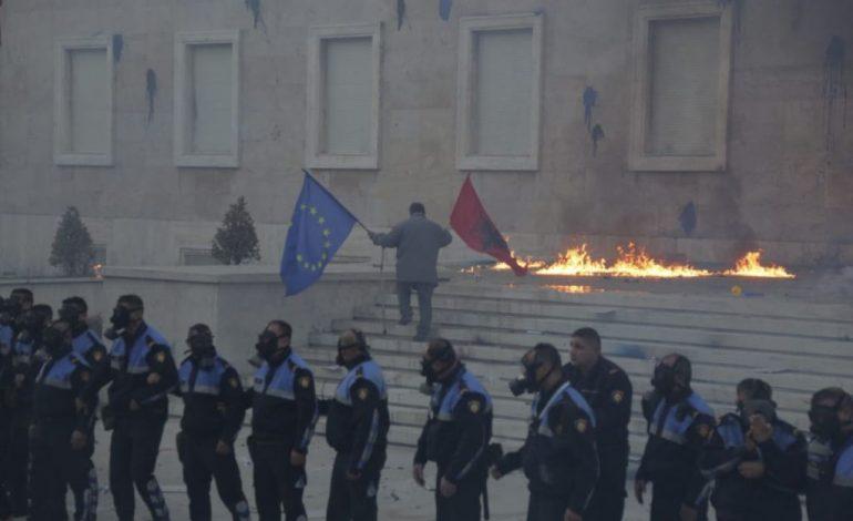 SONDAZHI/ Opozita humb mbështetjen e shqiptarëve. 67.1% e tyre kundër protestave