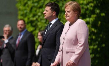 """""""PUSHTON"""" RRJETIN/ Ja si dridhet Merkel në takimin zyrtar, presidenti ukrainas...  (FOTO)"""