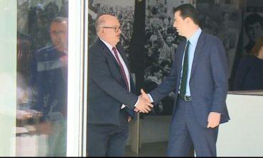 NJË DITË PARA PROTESTËS/ Ambasadori i Britanisë zbarkon në zyrën e Bashës