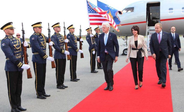 """""""MIRË SE VJEN PRESIDENT""""/ Miku i madh i shqiptarëve, Bill Clinton vjen në Kosovë, pritet me nderime në aeroport (FOTO)"""