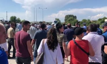 MILITANTËT BLLOKOJNË RRUGËN/ Në superstradën Lezhë-Shkodër tentojnë të ndalojnë...