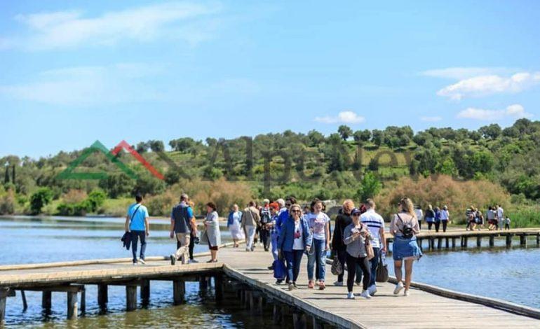 """PARADITE RELAKSUESE/ Kur turistët e huaj """"mbipopullojnë"""" Zvërnecin (PAMJET)"""