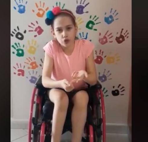"""""""TROTUARET E LIRA""""/ Apeli rrënqethës i një vajze në karrige me rrota  (VIDEO)"""