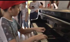 """EKSPOZITA """"NGJYRAT E PQAES""""/ Fëmijë nga 114 shtete prezantojnë punët e tyre në Muzeun Historik (VIDEO)"""