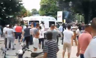 SHKODËR/ Ambulanca shkon të marrë personat e lënduar, militantët e PD e sulmojnë me shkelma dhe gurë