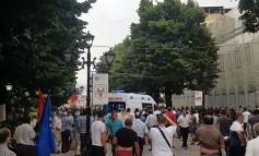PROTESTË PËR INAT TË RAMËS DHE.../ Voltana SHKUL gurët e pedonales që bëri vetë  (FOTO+VIDEO)