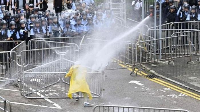 ME MASKA NË FYTYRË DHE HELMETA/ PRotestuesit rrethojnë selinë qeveritare në Hong Kong