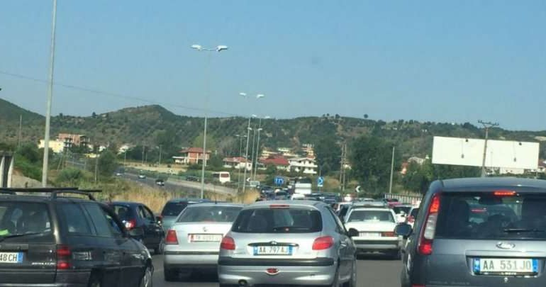 FLUKSI I TURISTËVE/ Qytetarët BLLOKOHEN në trafik. Akset nacionale në veri dhe jug janë… (VIDEO)