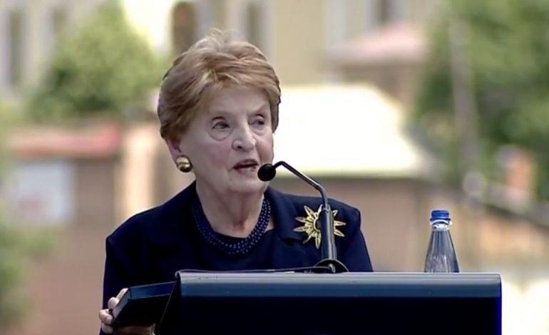20 VJETORI I ÇLIRIMIT TË KOSOSVËS/ Albright pritet me duartrokitje: Kemi bërë gjënë e duhur, luftuam tiraninë për liri (VD)