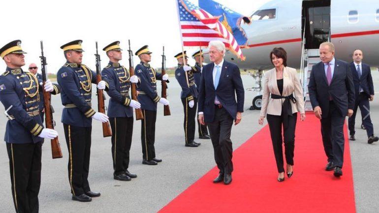 CLINTON NË KOSOVË/ Haradinaj i uron mirëseardhjen