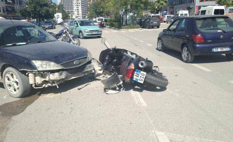 AKSIDENT NË ELBASAN/ Motori përplaset me makinën, plagoset…