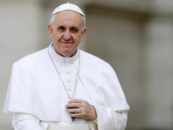 """""""MË QUAJNË KOMUNIST""""/ Papa Françesku: """"Thikë pas shpinë"""" nga brenda Kishës"""