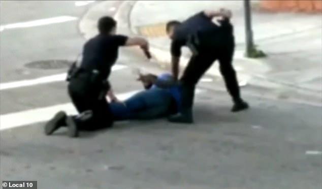 NGATËRRON SHËNJESTËR/ Nuk do ta besoni cilin godet polici me pistoletë… (VIDEO)