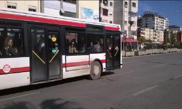 NDODH NË DURRËS/ Shoferi i dehur la derën hapur, rrëzohet nga autobusi fatorinoja 50-vjeçare