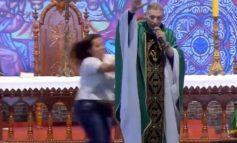 """PO MBANTE MESHËN/ Prifti i ndodh e pabesueshmja nga gruaja dhe """"fluturon"""" nga skena (VIDEO)"""