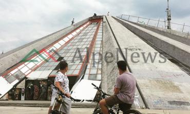 ATRAKSION TURISTIK/ Post of the day. Kur dy të rinjtë e huaj impresionohen nga Piramida e Tiranës