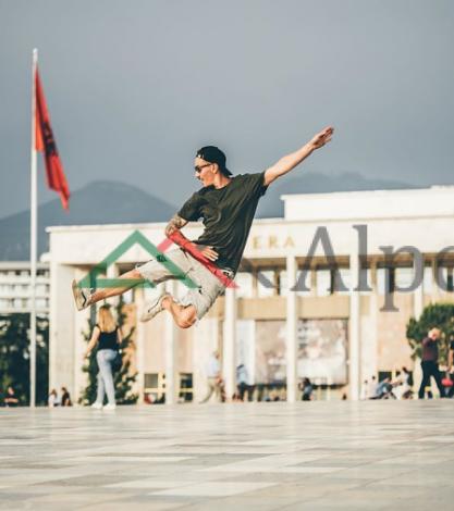 """SPEKTAKOLARE/ Post of day. Kur turisti polak """"flutoron"""" në sheshin Skënderbej"""