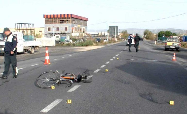AKSIDENT NË LEZHË/ Makina përplas motoçikletën, plagoset…