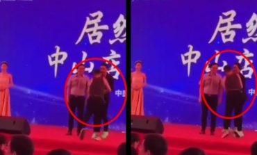 E RËNDË/ Aktori goditet me thikë në skenë. Kishte... (VIDEO)