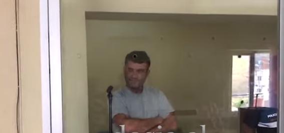PËRDHUNOI TË BIJËN 3 VITE RRESHT/ Shkëlqim Isufi shfaqet në sallën e gjyqit më i qetë se kurrë (VIDEO)