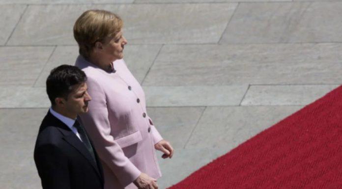 E TRETA HERË NË DY JAVË/ Merkel nuk ndalon së dridhuri (VIDEO)