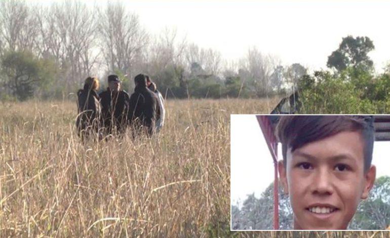 E RËNDË/  Adoleshenti gjendet i masakruar me 30 plagë në trup, gruaja fajëson…