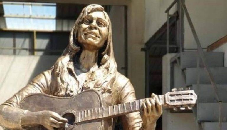 ME KITARE NË DORË/ Së shpejti një shtatore për ikonën e muzikës shqiptare në Lushnje
