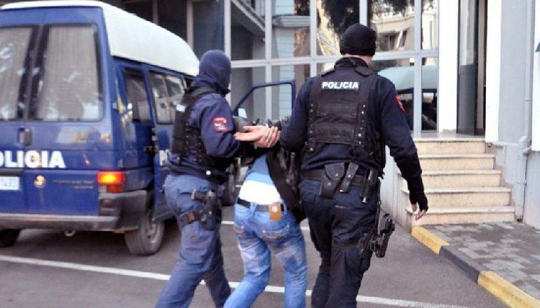 VODHI 4 BANESA NË KAVAJË/ Para, bizhuteri dhe orendi shtëpiake, arrestohet 29 vjeçari