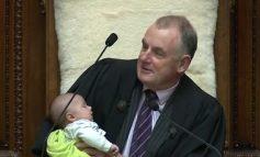 E JASHTËZAKONSHME/ Kryeparlamentari ushqen me qumësht djalin e deputetit që mbante fjalim