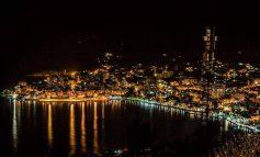 PËRRALLORE/ Si duket Saranda në mbrëmje. Anijet e varkat... (FOTO)