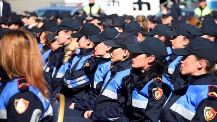 NDALON MAKINËN ME SIRENA DHE…/ Ja gjesti fisnik i policit në Delvinë (VIDEO)